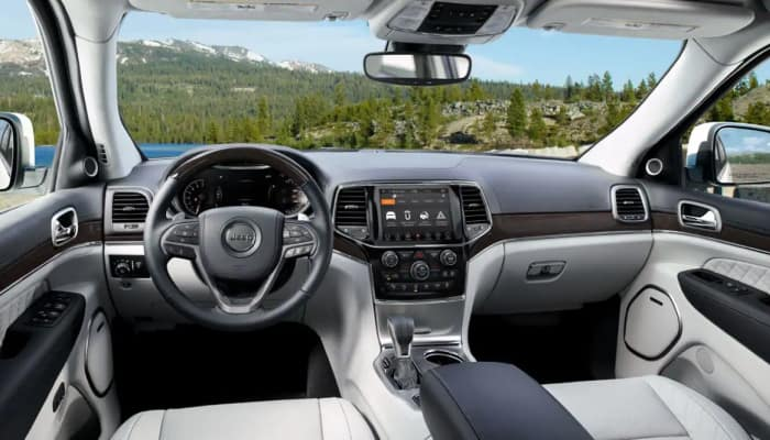 The comfortable interior of the 2019 Jeep Grand Cherokee