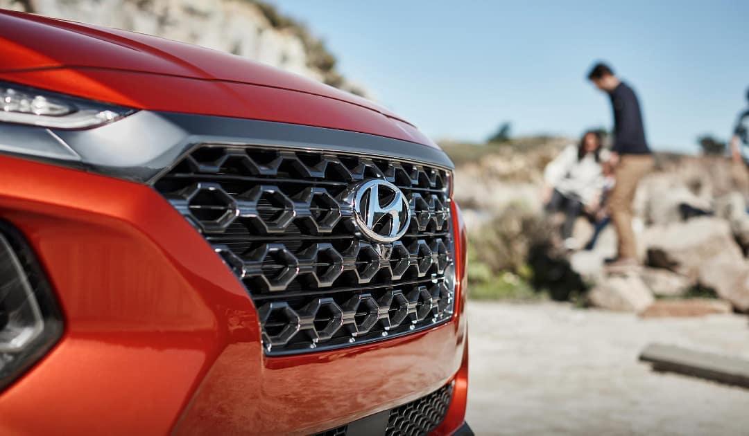 2019-Hyundai-Santa-Fe-chrome-accent-front-grille