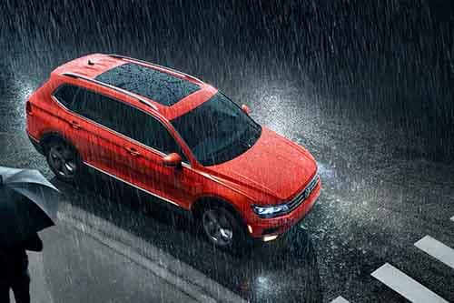 2018 Volkswagen Tiguan driving in the rain