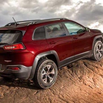 2018 Jeep Cherokee climbs dune